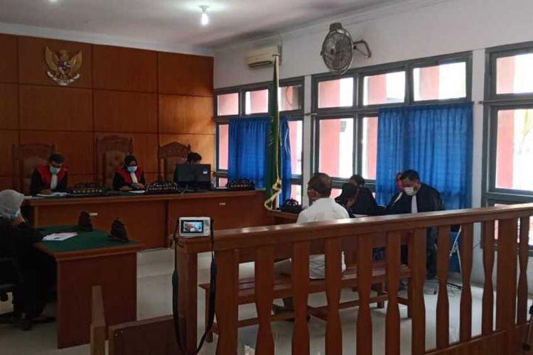 Saiful Mahdi, seorang Dosen di Universitas Syiah Kuala, divonis 3 bulan kurungan penjara oleh Majelis Hakim PN Banda Aceh, Selasa (21/4/2020), karena terbukti melanggar UU ITE dengan tuduhan melakukan pencemaran nama baik. Kuasa Hukum Saiful mahdi, dri LBH Banda Aceh menyatakan banding atas putusan tersebut.****