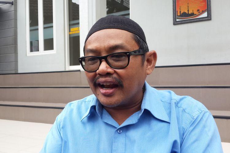 Wakil Ketua DPRD Kota Malang Zainuddin saat jeda pemeriksaan oleh penyidik Komisi Pemberantasan Korupsi (KPK) di Mapolres Malang Kota, Rabu (18/10/2017)