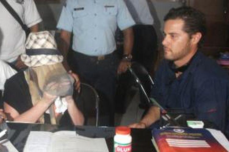 Saat dibebaskan dari Lembaga Pemasyarakatan Kerobokan, Denpasar, Senin pagi (10/2/2014), Schapelle Leigh Corby dijemput oleh seorang pria bule.