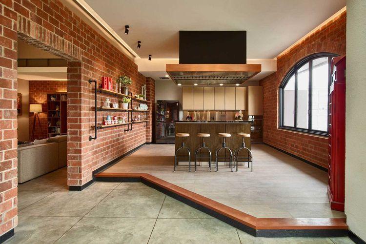 Tampilan dapur dengan suasana seperti jalanan Kota London dengan dinding bata ekspos, Budi Indah House karya Dinardithen Studio