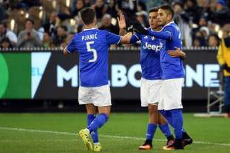 Penyerang Juventus, Paulo Dybala (tengah), merayakan golnya bersama rekan-prekannya dalam pertandingan International Champions Cup melawan Tottenham Hotspur di Melbourne, Selasa (26/7/2016).