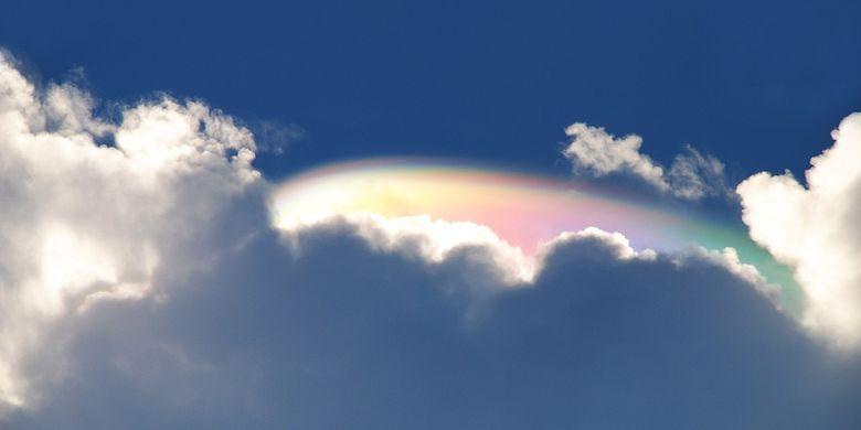 Ilustrasi fenomena awan pelangi Cloud iridescence di Fort Pierce, Florida.
