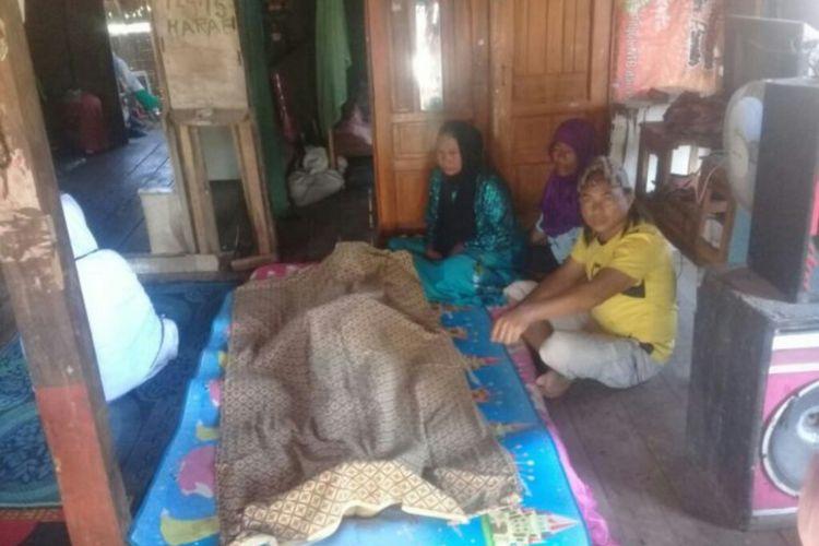 Jasad seorang nelayan yang diduga menjadi korban ledakan bom ikan saat disemayamkan di rumah duka