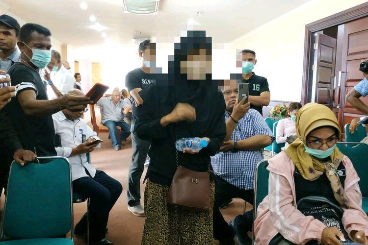 Seorang wanita yang mengaku Orang Dalam Pemantauan (ODP) masuk ke ruang sekratriat Percepatan Penanganan COVID-19 di Kantor Gubernur Maluku dan ikut bertanya saat acara konferensi pers berlangsung, Selasa (23/3/2030)