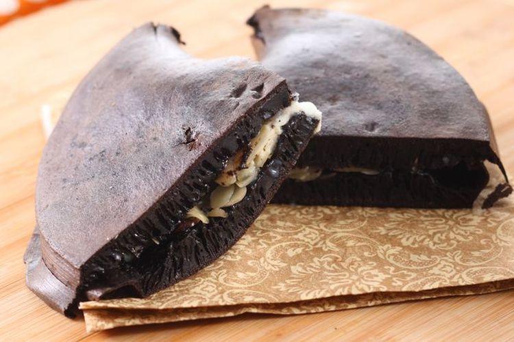 Ilustrasi martabak hitam manis dengan vla cokelat putih