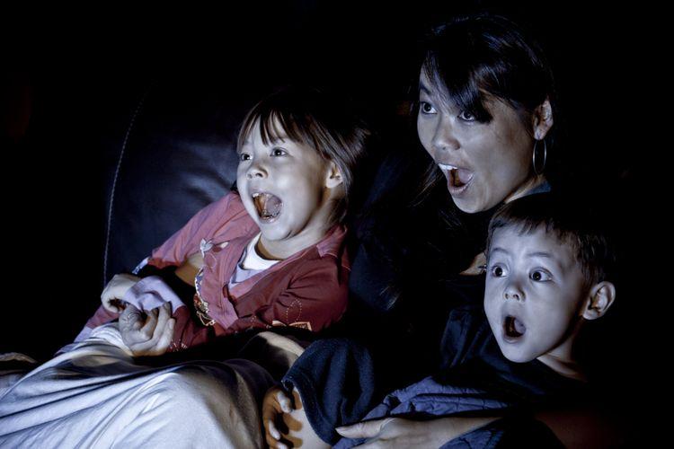 Dampak Mengajak Anak Menonton Film Dewasa