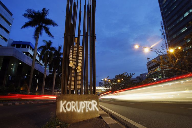Boneka didandani koruptor dimasukkan dalam jeruji besi proyek jalan yang terbengkalai di Jalan Rasuna Said, Jakarta Selatan, Kamis (13/12). Kritikan terhadap pelaku koruptor terus disuarakan oleh aktivis untuk mendorong tindakan lebih tegas dalam pemberantasan korupsi dan penegakan hukum lainnya.
