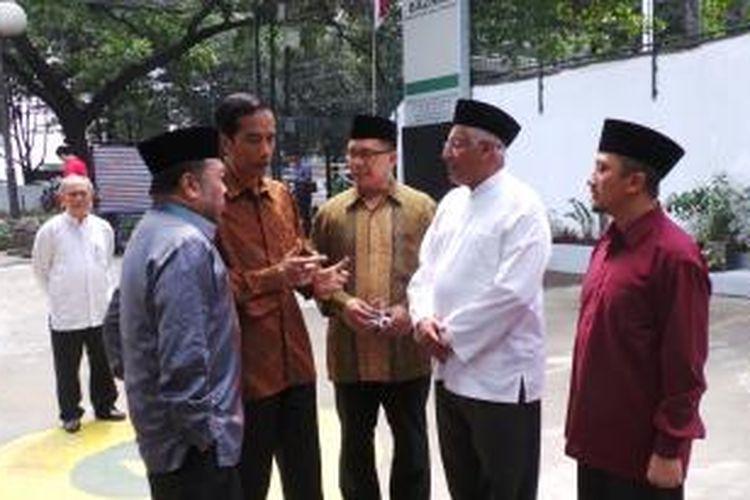 Gubernur DKI Jakarta Joko Widodo (dua dari kiri, berbatik tanpa peci) bersama Ustaz Yusuf Mansyur (kanan) dan Kepala Badan Amil Zakat Nasional (Baznas) Didin Hafidhuddin (kiri) di kantor Baznas, Senin (5/8/2013).