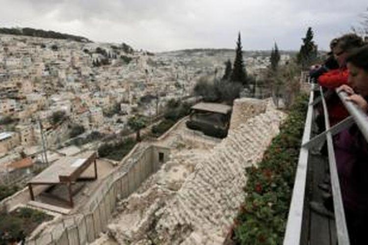 Wisatawan berkunjung ke situs purbakala yang dikenal dengan nama Kota Daud, yang terletak tak jauh dari kota tua Jerusalem, berhadapan dengan permukiman Arab di Jerusalem Timur.
