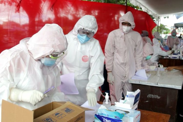 Petugas Kesehatan Baubau melakukan rapid test kepada warga di Pelabuhan Murhum Baubau.