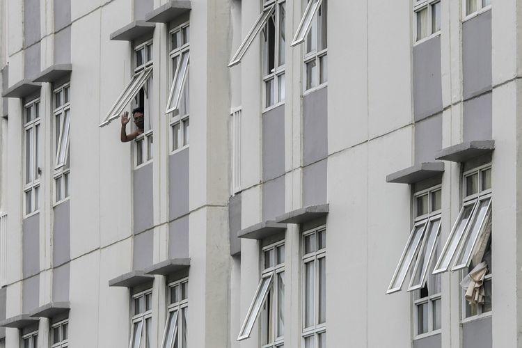 Pasien COVID-19 berada di salah satu tower di Rumah Sakit Darurat Penanganan COVID-19 Wisma Atlet Kemayoran, di Jakarta, Jumat (11/9/2020). Satuan Tugas Percepatan Penanganan COVID-19 berencana membuka  Tower lima yang berkapasitas 886 kamar atau sekitar 1.772 tempat tidur untuk pasien positif COVID-19 tanpa gejala guna melakukan isolasi mandiri. ANTARA FOTO/Ariella Annasya/gp/foc.