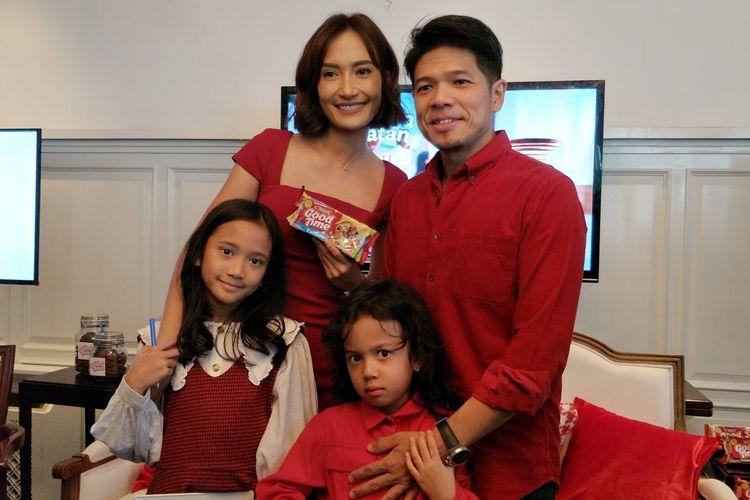 Artis peran Artika Sari Devi bersama sang suami, Baim dan kedua anaknya, Ebiela Ibrahim, Dayana Zoelie Ibrahim saat ditemui di acara Merayakan Keberagaman Cerita Keluarga Indonesia Bersama Good Time, di kawasan Menteng, Jakarta Pusat, baru-baru ini.