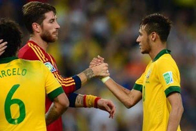 Bek Spanyol, Sergio Ramos (merah), bersalaman dengan striker Brasil, Neymar, usai pertandingan final Piala Konfederasi, Minggu (30/6/2013), di Stadion Maracana, Rio de Janeiro, Brasil. Spanyol kalah 0-3.