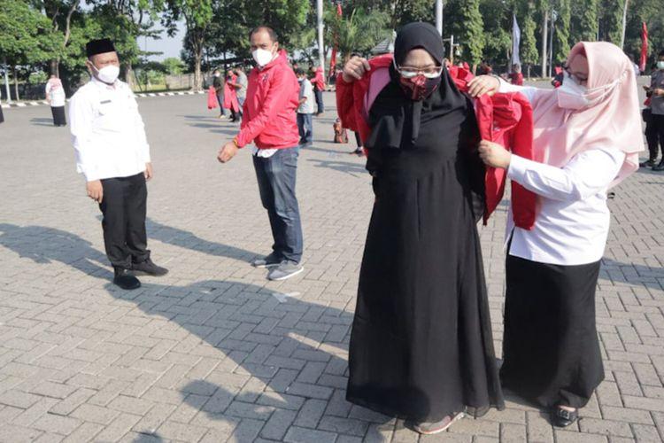 Bupati Gresik Fandi Akhmad Yani (kiri) dan Wakil Bupati Gresik Aminatun Habibah (kanan) saat mengukuhkan relawan pemulasaran jenazah pasien Covid-19, Rabu (21/7/2021).