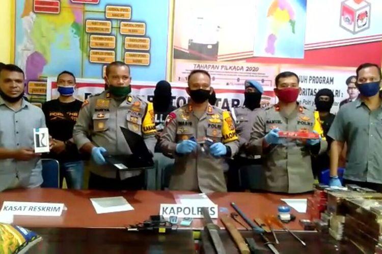 Satuan Reskrim Polres Buton Utara berhasil membekuk tiga orang pelaku perampokan inisial AD, NZ dan JN.  Ketiga pelaku ini merampok sebuah toko di Desa Wamboule, Kecamatan Kalisusu Utara, Kabupaten Buton Utara, Sulawesi Tenggara, Minggu (26/4/2020) malam.