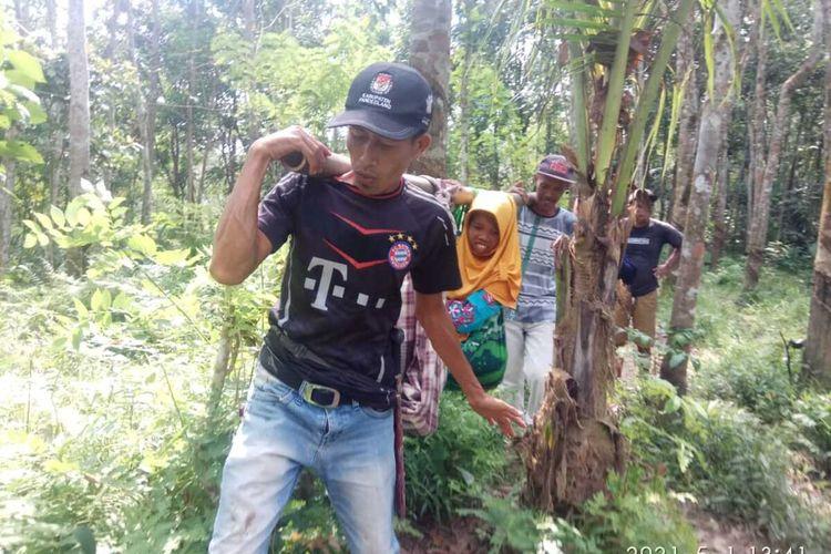 Enah (39) harus ditandu ke Puskesmas Sindangresmi, Kabupaten Pandeglang saat hendak melahirkan lantaran akses jalan ke rumahnya tidak bisa dilalui kendaraan roda empat, Sabtu (1/5/2021).