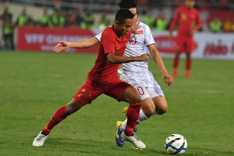 Pesepak bola tim nasional U-23 Indonesia Sani Riski (kiri) berupaya melewati pesepak bola tim nasional U-23 Vietnam Truong Van Thay Qui (kanan), pada pertandingan sepak bola Grup K kualifikasi Piala Asia U-23 AFC 2020, di Stadion Nasional My Dinh, Hanoi, Vietnam, Minggu (24/3/2019). Tmnas u-23 Indonesia kalah 1-0 dari Vietnam dan dipastikan tersingkir dari kualifikasi Piala Asia U-23 2020.