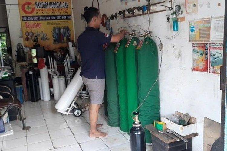 Depot pengisian gas oksigen Mandiri Medical Gas di Jalan Cendrawasih, Ciputat, Tangerang Sslatan, Kamis (24/6/2021).