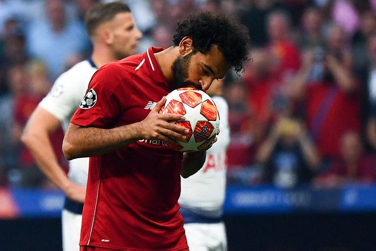 Pemain Liverpool Mohamed Salah mencium bola sebelum melakukan tendangan penalti, saat melawan Tottenham Hotspur pada final Liga Champions 2019 di Stadion Wanda Metropolitano, Madrid, Sabtu (1/6/2019) atau Minggu dini hari. Liverpool menjadi juara Liga Champions 2018-2019 setelah mengalahkan Tottenham Hotspur 2-0.
