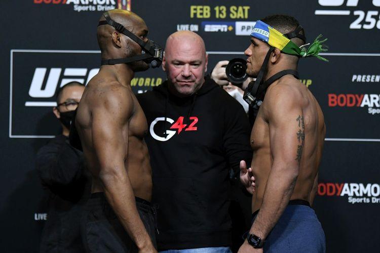Petarung UFC, Kamaru Usman dan Gilbert Burns, berhadapan pada sesi timbang badan di UFC Apex, Las Vegas, Nevada, AS pada 12 Februari 2021 jelang UFC 258.