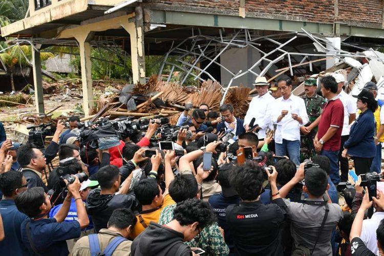 Presiden Joko Widodo (Jokowi) berbicara kepada media saat meninjau lokasi terdampak tsunami di kawasan Pandeglang, Banten, Senin (24/12/2018). Berdasarkan data terakhir dari Badan Nasional Penanggulangan Bencana (BNPB), tsunami Selat Sunda yang terjadi Sabtu (22/12/2018) malam tersebut sedikitnya telah menelan 231 korban meninggal, 1.016 luka-luka dan 57 korban hilang.