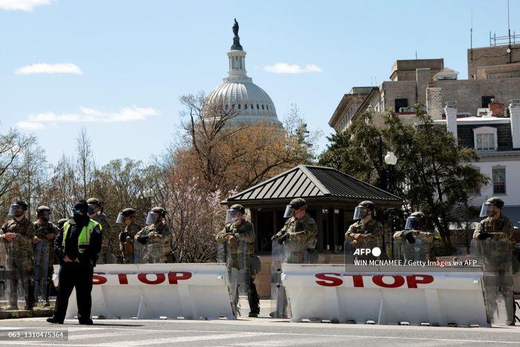 Garda Nasional berjaga-jaga setelah sebuah kendaraan menerobos barikade di dekat Gedung Capitol AS pada Jumat (2/4/2021) di Washington, DC. Gedung Capitol AS dikunci setelah seseorang dilaporkan menabrakkan kendaraan ke dua petugas polisi Capitol Hill.