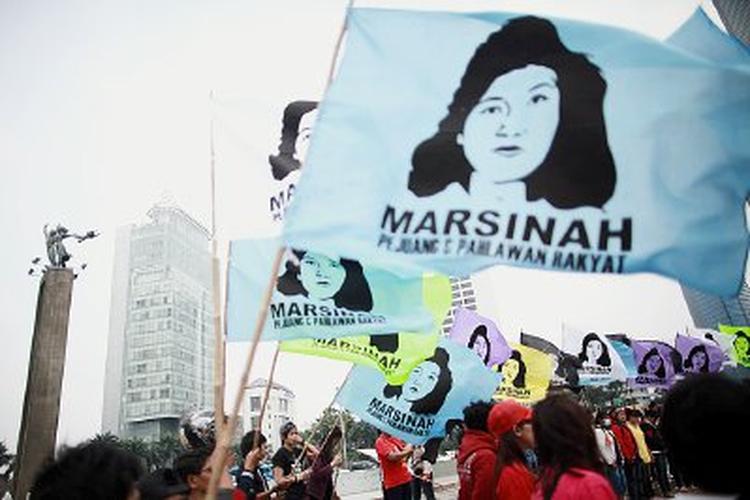 Bendera Marsinah dikibarkan oleh puluhan buruh perempuan yang tergabung dalam Federasi Buruh Lintas Pabrik (FBLP) saat berunjuk rasa di kawasan Bundaran Hotel Indonesia, Jakarta Pusat, Minggu (9/3). Aksi memperingati hari perempuan sedunia itu menyuarakan sosok Marsinah sebagai pejuang dan pahlawan bagi rakyat.   Kompas/Priyombodo (PRI) 09-03-2014