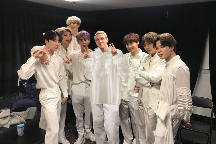 Penyanyi asal Amerika Serikat Lauv (tengah) berfoto dengan BTS di belakang panggung konser Love Yourself: Speak Yourself di Stadion Wembley, London, Inggris, pada Juni lalu.