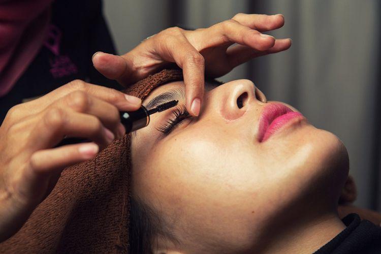 Pemasangan bulu mata tambahan (eye lash extention).