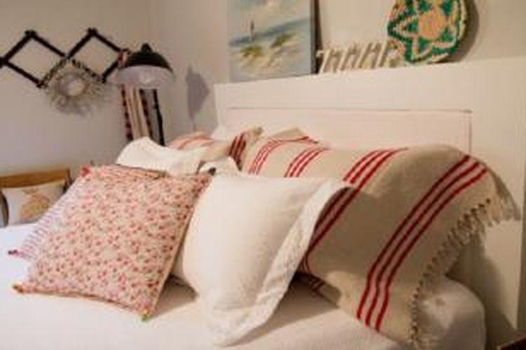Selain diletakkan di lantai, karpet juga bisa digunakan sebagai sarung bantal.