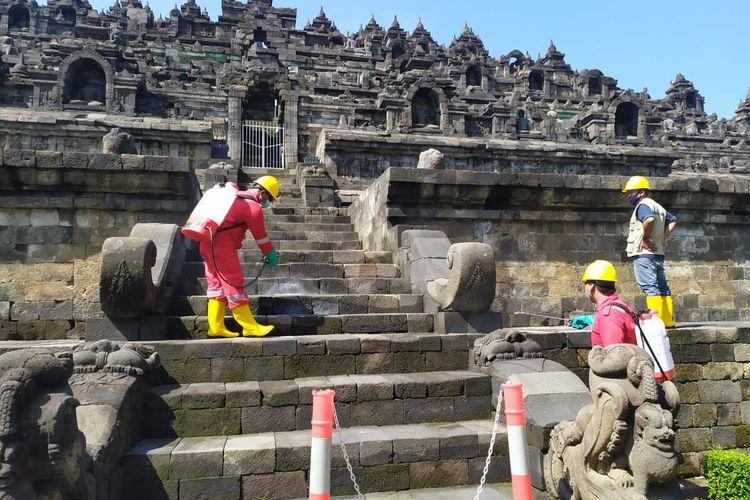 Permukaan batu Candi Borobudur mulai disemprot minyak Atsiri oleh Petugas Balai Konservasi Borobudur (BKB), Kamis (8/4/2021)