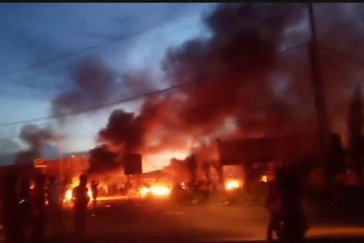 Sejumlah fasilitas milik perusahaan nikel di Konawe dibakar para buruh yang menuntut status dan kenaikan gaji. (Foto istimewa)