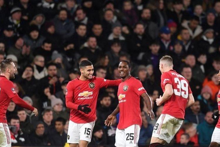 Para pemain Manchester United merayakan gol ketiga mereka ke gawang Derby County pada laga putaran kelima Piala FA di Stadion Pride Park, Kamis (5/3/2020) atau Jumat dini hari WIB.