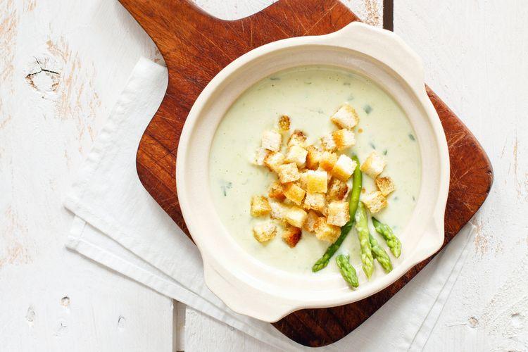 Ilustrasi sup asparagus keju.