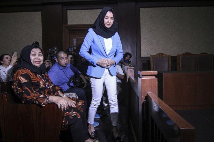Terdakwa kasus suap pemberian izin lokasi perkebunan di Kutai Kartanegara Rita Widyasari bersiap menjalani sidang pembacaan putusan di Pengadilan Tipikor, Jakarta, Jumat (6/7/2018). Bupati nonaktif Kutai Kartanegara tersebut dijatuhi hukuman 10 tahun penjara, denda Rp600 juta subsider enam bulan kurungan serta dicabut hak politiknya selama lima tahun.