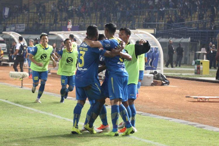 Febri Hariyadi dikerubuti pemain Persib Bandung lainnya seusai memecah kebuntuan pada laga Persib vs Kalteng Putra dalam lanjutan Liga 1 2019 di Stadion Si Jalak Harupat, 16 Juli 2019.