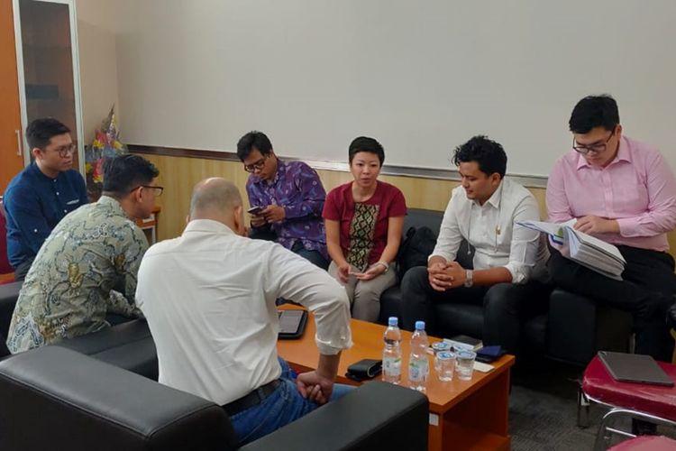 Anggota DPRD DKI fraksi PSI menerima aduan warga di lantai 4, Gedung DPRD DKI, Jumat (30/8/2019)