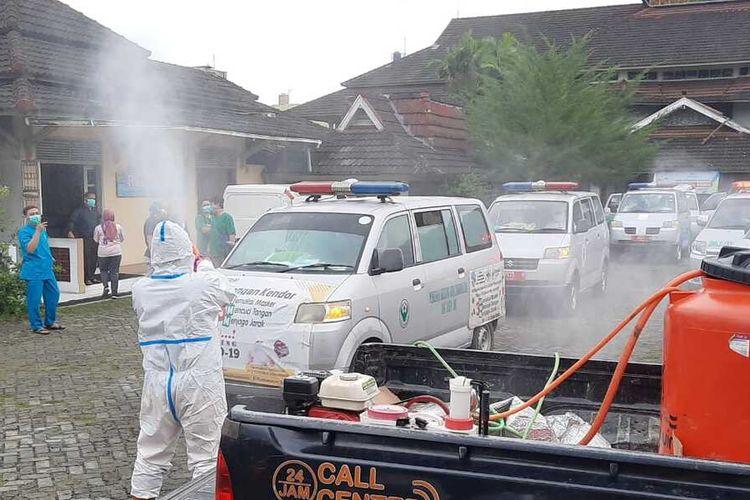 Puluhan ambulans sedang menjalani sterilisasi sesuai menjemput ratusan pasien klaster pesantren ke tempat isolasi darurat terpusat di Hotel Crown Kota Tasikmalaya, Senin (15/2/2021).