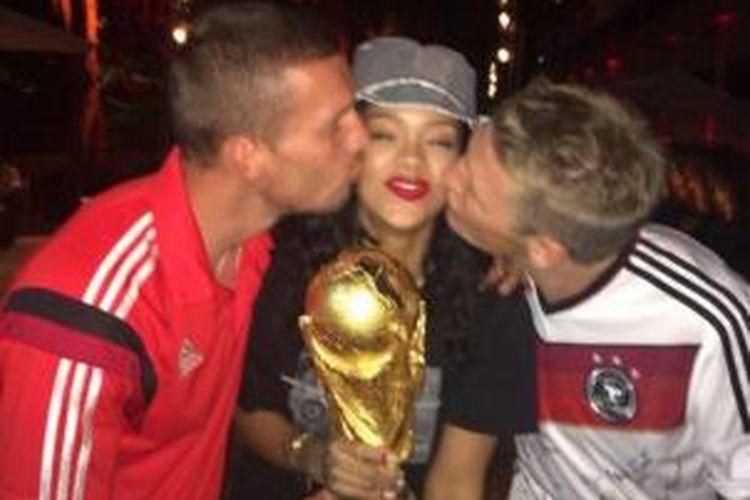 Penyanyi pop asal Amerika Serikat, Rihanna, berkesempatan memegang trofi Piala Dunia.