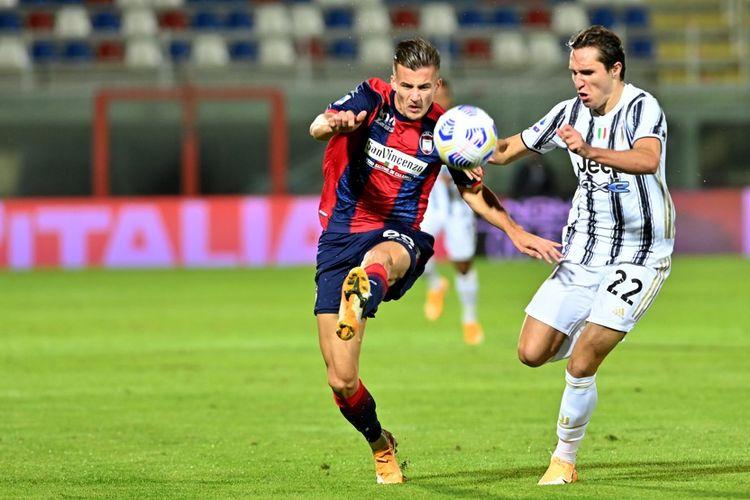 Federico Chiesa (kanan) berebut bola dengan Arkadiusz Reca (kiri) pada laga Liga Italia Crotone vs Juventus di Stadion Ezio Scida, Sabtu (17/10/2020) atau Minggi dini hari WIB.