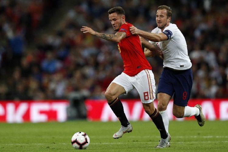Penyerang Inggris, Harry Kane, mencoba mengejar bola yang dikuasai gelandang Spanyol, Saul Niguez, pada pertandingan UEFA Nations League di Wembley, 8 September 2018.