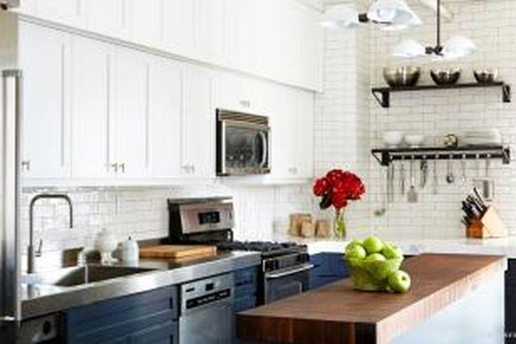 Jill Goldhand mengubah dapur yang tampak biasa menjadi dapur mewah hanya dengan mengubah beberapa hal sederhana. Secara garis besar, perubahan warna banyak berperan dalam perubahan tersebut.