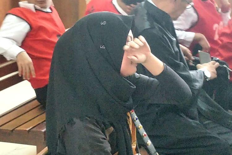 Retno Paradinah menangis saat mendengar suaminya Zul Zivilia divonis 18 tahun penjara saat sidang putusan di Pengadilam Negeri Jakarta Utara, Gajah Mada, Jakarta Pusat, Rabu (18/12/2019).