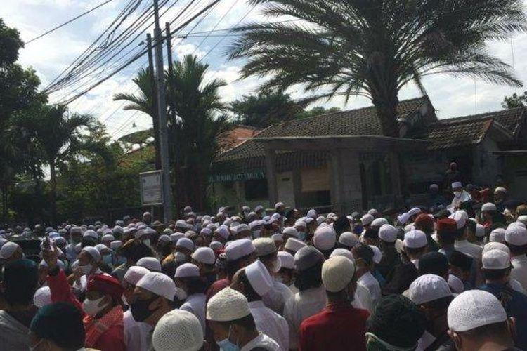 Ratusan pelayat berkumpul jelang jenazah Habib Ali bin Abdurrahman Assegaf dimakamkan di pemakaman Habib Kuncung, Pancoran, Jakarta Selatan, Sabtu (16/1/2021).