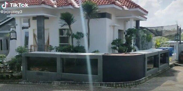 Pagar rumah yang terbuat dari kolam ikan koi milik Jeje (35), warga Malang, Jawa Timur, ini viral di media sosial.
