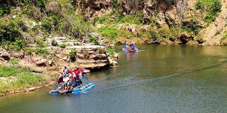 Untuk menuju titik air terjun, pengunjung bisa naik perahu dengan biaya Rp 10.000 pulang-pergi