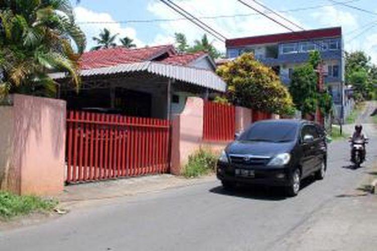 Sebuah mobil Toyota Inova terlihat bolak balik keluar masuk dari rumah Olly Dondokambey di Jalan Manimbang, Malalayang, Manado.