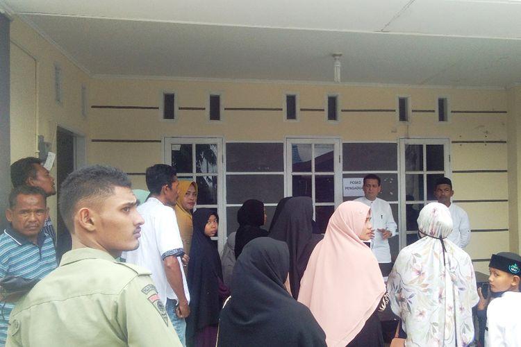 Puluhan orang tuasantri mendatangi kompleks Pesantren AN, di Kompleks Panggoi Indah, Kecamatan Muara Dua, Kota Lhokseumawe, Jumat (12/9/2019).