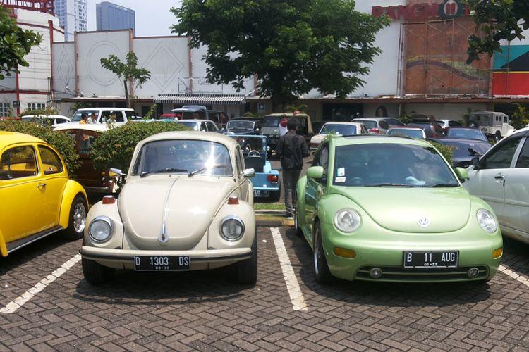Salah satu contoh Volkswagen Beetle klasik (kiri) dan modern (kanan) milik para anggota klub VW Beetle Club Indonesia.