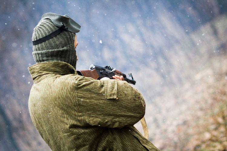 Ilustrasi pria bersenjata.